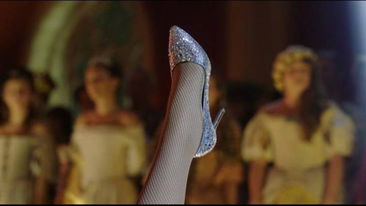 The shoes with glitter Cinderella / Julie (Mary Lou Berry) in the New Adventures of Cinderella - Movie Outfits and Products