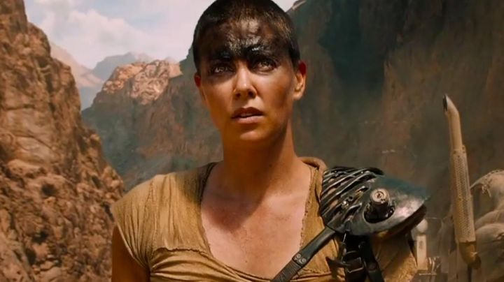 The shoulder straps struggle of Imperator Furiosa (Charlize Theron) in ' Mad Max Fury Road movie