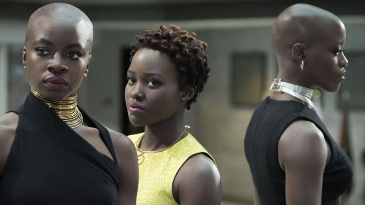 The silver necklace Ayo (Florence Kasumba) in Black Panther Movie