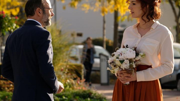 The skirt midi rust of Penelope (Louise Bourgoin) in A In The Other