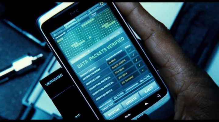 """The smartphone HTC of Tobin Frost (Denzel Washington) in """"personal Security"""" - Movie Outfits and Products"""