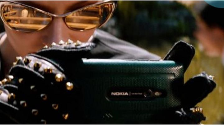 The smartphone Nokia Lumia 925 Svetlana Khodchenkova in The Wolverine - Movie Outfits and Products