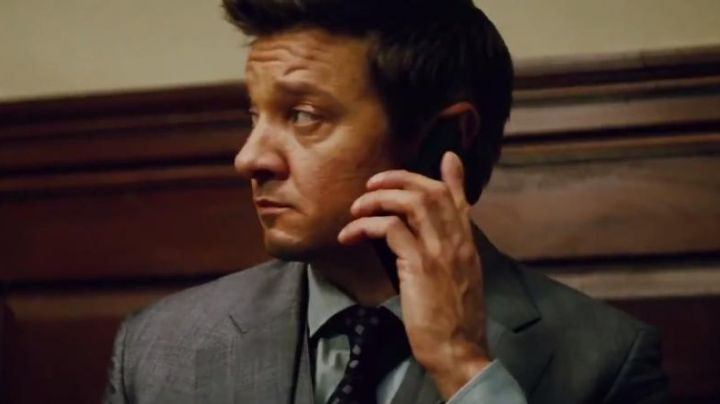 "The smartphone Nokia of William Brandt (Jeremy Renner) in ""Mission : Impossible - Rogue Nation"" - Movie Outfits and Products"