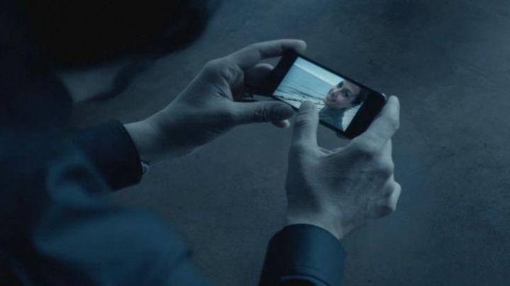 """The smartphone black John Wick (Keanu Reeves) in """"John Wick"""" - Movie Outfits and Products"""