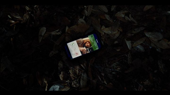 """The smartphone black Zach (Nick Robinson) in """"Jurassic World"""" - Movie Outfits and Products"""