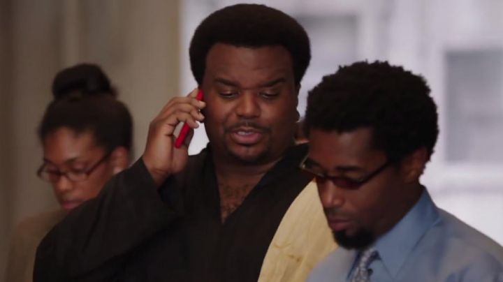 "The smartphone red Nick (Craig Robinson) in ""The Machine to remove the time 2"" - Movie Outfits and Products"