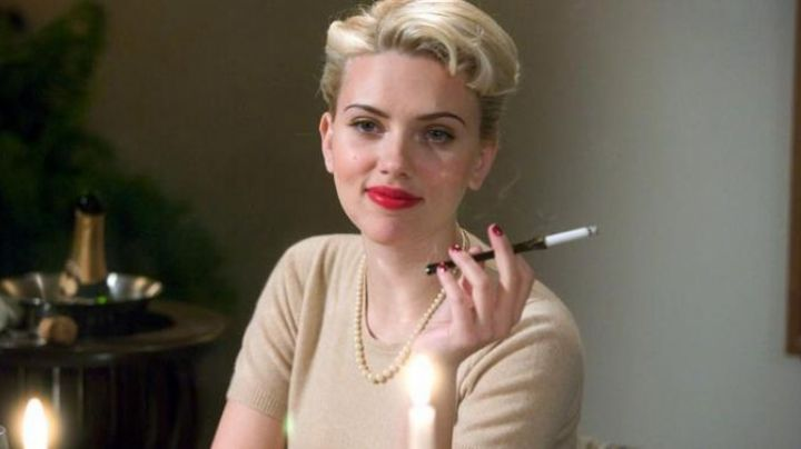 The smoke a cigarette of Kay Lake (Scarlett Johansson) in The Black Dahlia - Movie Outfits and Products