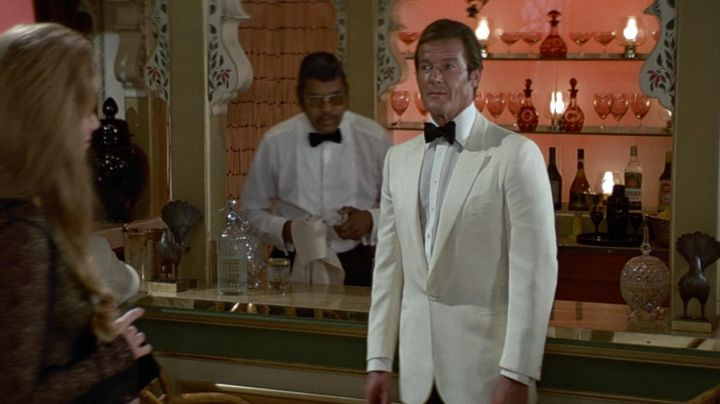 The smoking jacket ivory Douglas Hayward James Bond (Roger Moore) in Octopussy - Movie Outfits and Products