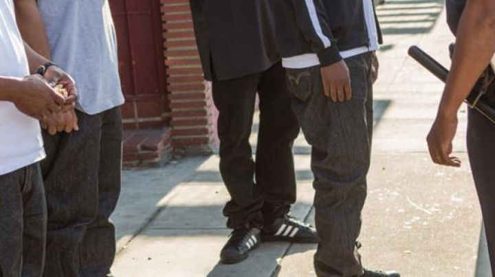 The sneakers of MC Ren in NWA: Straight Outta Compton - Movie Outfits and Products