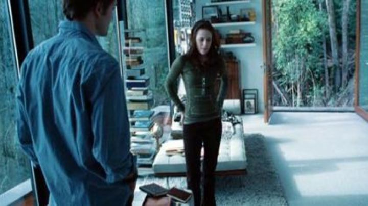 The sofa in the apartment of the family Cullen in Twilight, chapter 4 : Revelation Part 1 - Movie Outfits and Products
