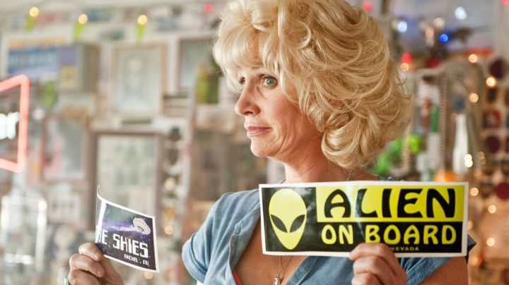 "The sticker ""Alien on board"" in Paul, the extra-terrestrial - Movie Outfits and Products"