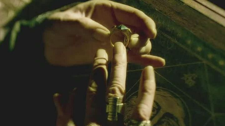 The stone of resurrection of Albus Dumbledore (Michael Gambon) in Harry Potter and the half-blood prince Movie