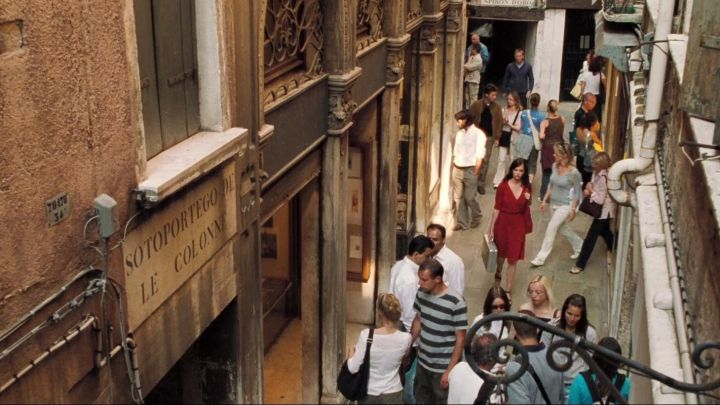 The street of the Sotoportego delle Column in Venice, taken by Vesper Lynd (Eva Green) in Casino Royale - Movie Outfits and Products