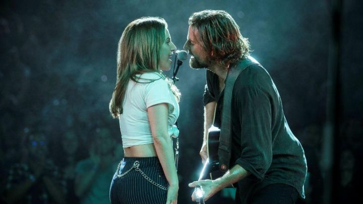 The striped pants of Ally (Lady Gaga) in A star is born - Movie Outfits and Products