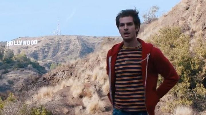 The striped t-shirt of Sam (Andrew Garfield) in Under the silver lake movie