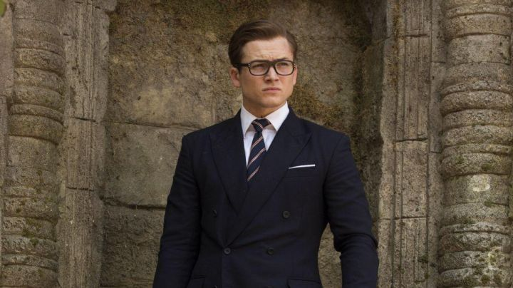 The striped tie Drake's of Eggsy (Taron Egarton) in Kingsman : The golden circle - Movie Outfits and Products
