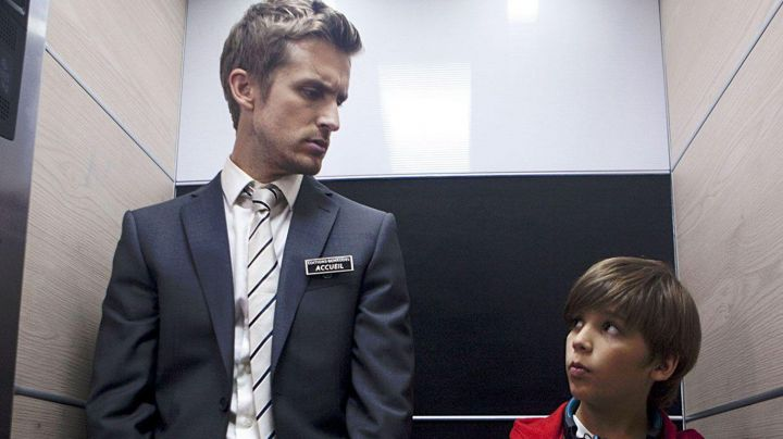 The striped tie of Franck (Philippe Lacheau) in Babysitting - Movie Outfits and Products