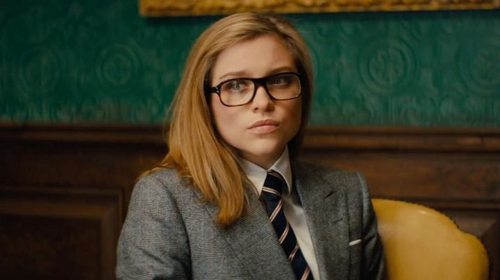 The striped tie of Roxy / Roxanne Morton (Sophie Cookson) in Kingsman : The Golden Circle - Movie Outfits and Products