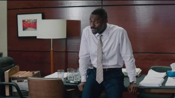 The striped tie of the lawyer Charlie Jaffey (Idris Elba) in The Great Game Movie