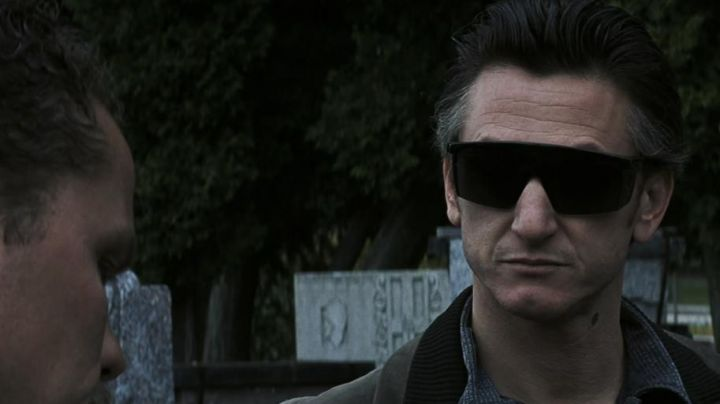 The sunglasses of James Markum / Jimmy (Sean Penn) in Mystic River - Movie Outfits and Products