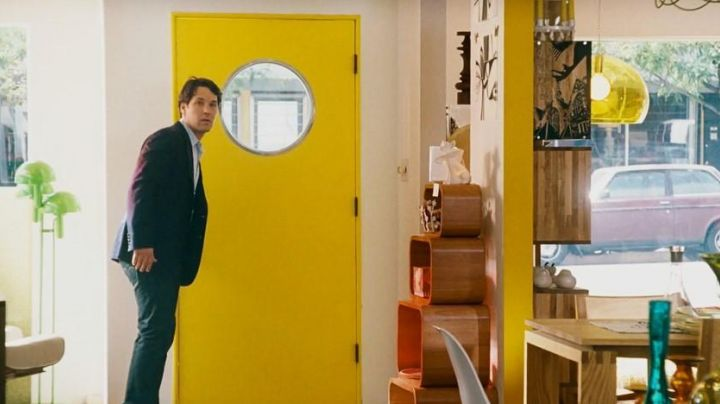 The suspension yellow Kartell in I love you, Man - Movie Outfits and Products