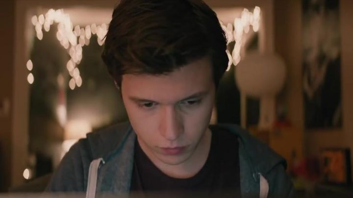 The sweatchir grey hoody Simon Spier (Nick Robinson) in Love, Simon - Movie Outfits and Products
