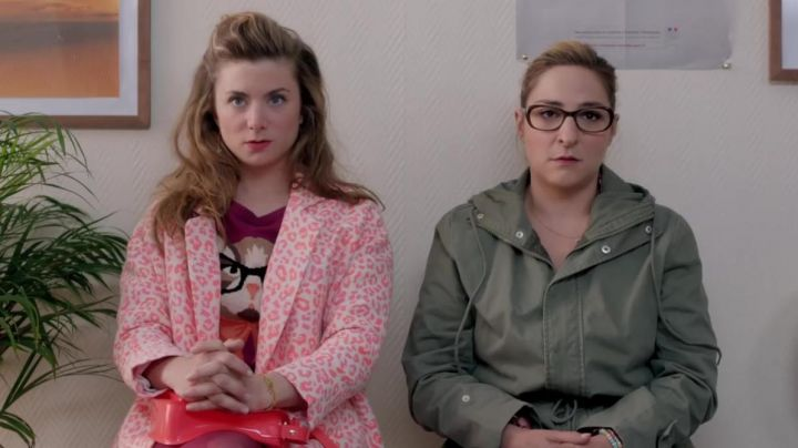 Fashion Trends 2021: The sweater Cat with glasses Squinting worn by Sophie (Sarah Suco) in Josephine rounds