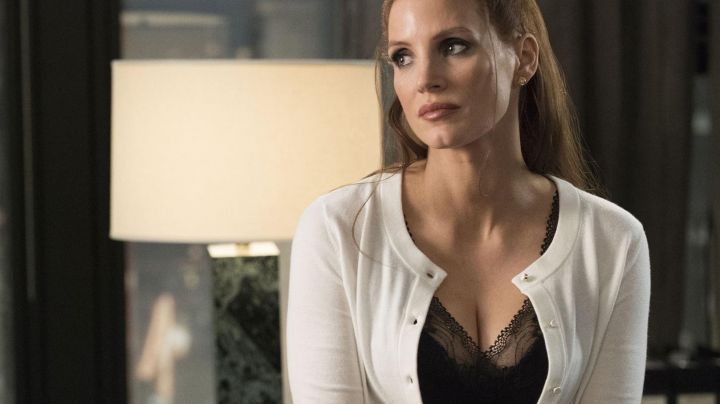 The sweater cardigan white button pearls of Molly Bloom (Jessica Chastain) in The great game - Movie Outfits and Products