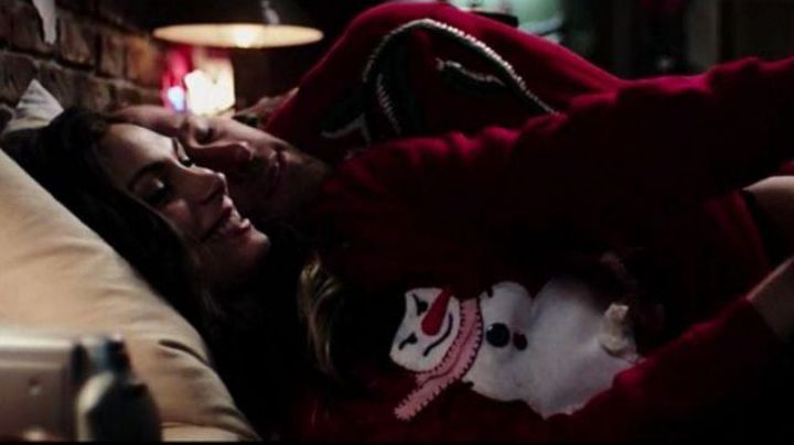 The sweater red christmas Vanessa Carlysle (Morena Baccarin) in Deadpool