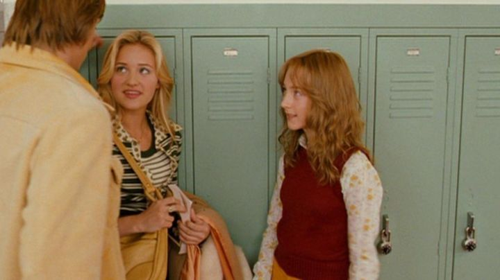 The sweater rust without the handle of Susie Salmon (Saoirse Ronan) in Lovely Bones - Movie Outfits and Products