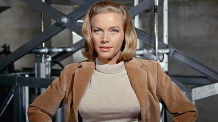 Fashion Trends 2021: The sweater turtleneck beige of Pussy Galore (Honor Blackman) in Goldfinger