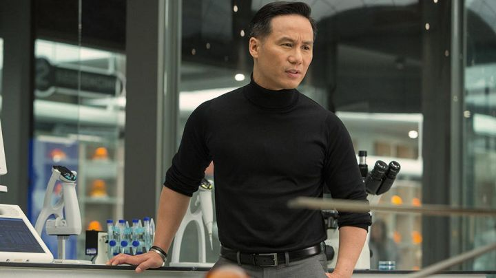 The sweater turtleneck black of Dr. Henry Wu (B. D. Wong) in Jurassic World