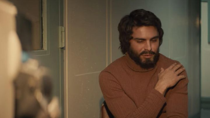 The sweater turtleneck in ribbed knit brown of Ted Bundy (Zac Efron) is in Extremely Wicked