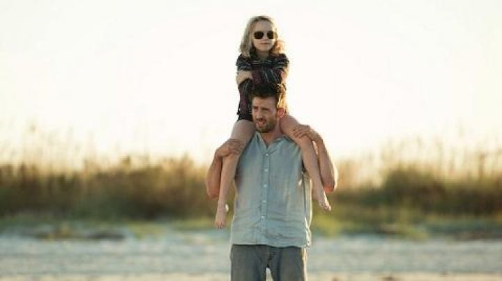 The sweater type poncho Mary Adler (Mckenna Grace) in Mary