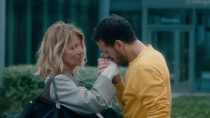 The sweatshirt yellow Stan (Vincent Dedienne) in The mother's day - Movie Outfits and Products