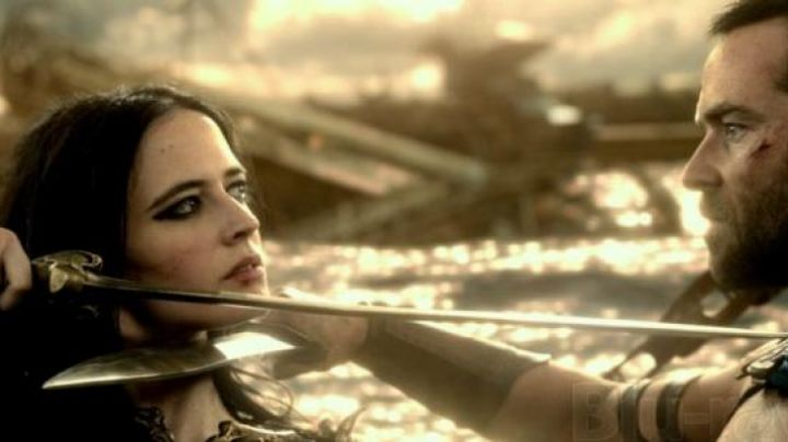 The sword of Artemis Eris (Eva Green) in 300 birth of an Empire - Movie Outfits and Products