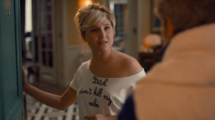 """Fashion Trends 2021: The t-shirt """"Bitch don't kill my vibe"""" by Manuela Baudry (Bérengère Krief) Adopts a widower"""