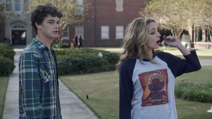 Fashion Trends 2021: The t-shirt DUMPSTAPHUNK Tree Gelbman (Jessica Rothe) in Happy Day Death