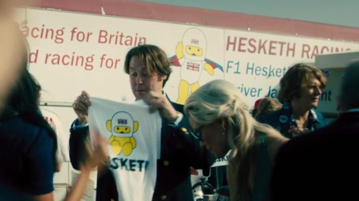 The t-shirt 'HESKETH Racing Formula 1' carried by a groupie in a Rush - Movie Outfits and Products