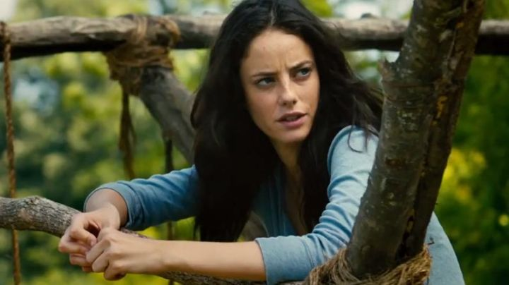 The t-shirt-blue, long-sleeved, Teresa (Kaya Scodelario) in The Maze : The Cure mortal - Movie Outfits and Products