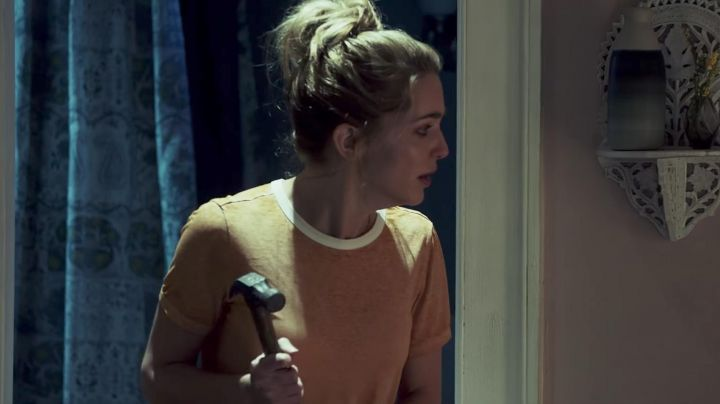Fashion Trends 2021: The t-shirt mustard Forever 21 Tree Gelbman (Jessica Rothe) in Happy Day Death