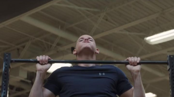 The t-shirt navy blue Under Armour Spencer Stone in 15:17 for Paris - Movie Outfits and Products