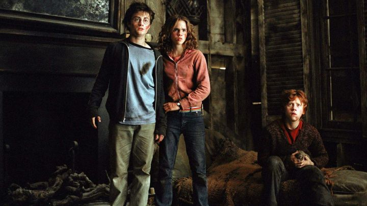The t-shirt sky blue-neck navy blue worn by Harry Potter (Daniel Radcliffe) in Harry Potter and the prisoner of Azkaban movie