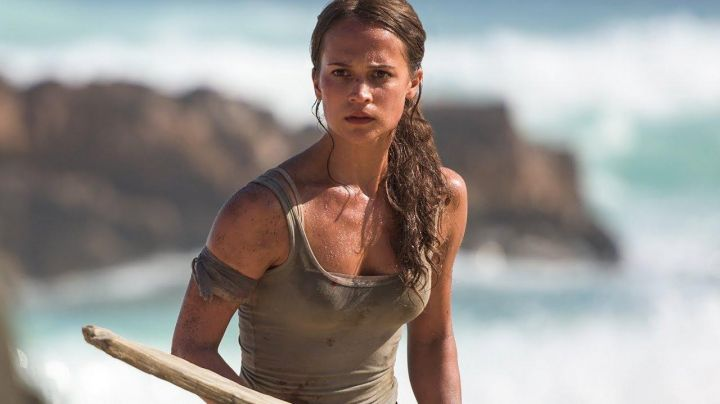 The tank top beige Lara Croft (Alicia Vikander) in Tomb raider - Movie Outfits and Products