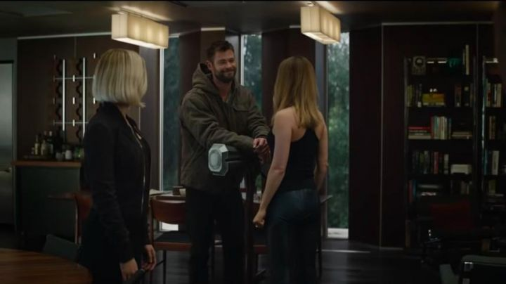 The tank top black is Captain Marvel (Brie Larson) in Avengers: Endgame - Movie Outfits and Products