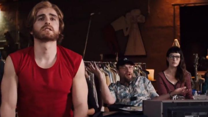 The tank top red Greg Sestero (Dave Franco) in The Disaster Artist Movie