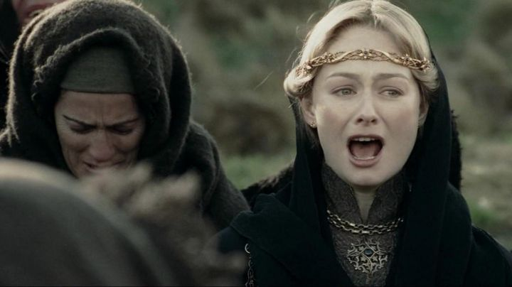 The tiara worn by Eowyn (Miranda Otto) at the funeral in the lord of The rings : The Two Towers Movie