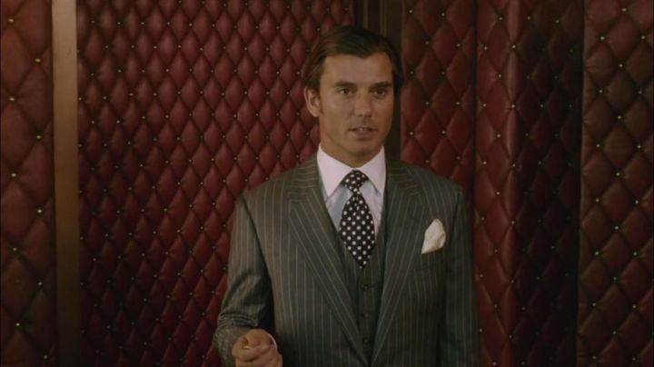 Fashion Trends 2021: The tie with polka dots of Balthazar (Gavin Rossdale) in Constantine