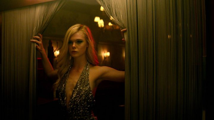 The top in gold sequins of Jesse (Elle Fanning) in The Neon Demon movie