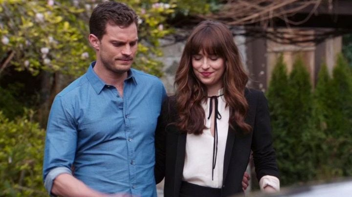 The top with a knot of Anastasia Steele (Dakota Johnson) in Fifty shades lighter